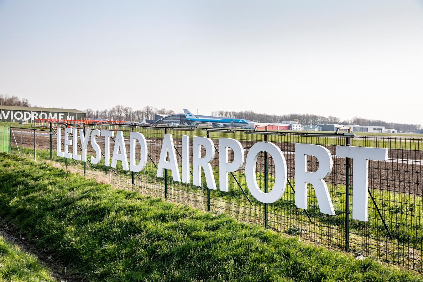 De crisis en het flink afgenomen aantal vluchten is voor het kabinet geen reden om af te stappen van Lelystad Airport als overloop voor Schiphol.