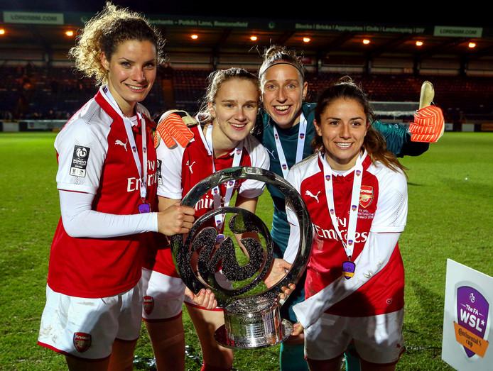Dominique Janssen, Vivianne Miedema, Sari van Veenendaal en Danielle van de Donk na winst van de League Cup met Arsenal.