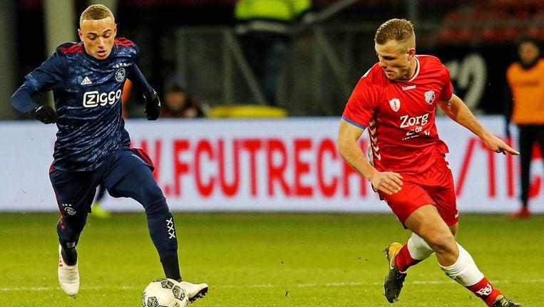 Jong Ajax speler Noa Lang (l) in duel met Jong FC Utrecht speler Robin Zwartjens (r). Beeld Pro Shots