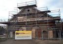 Verbouwing Koetshuis bij de Molenstraat begin 2019. De kozijnen worden aan het einde van deze week geplaatst. Foto Alfred de Bruin