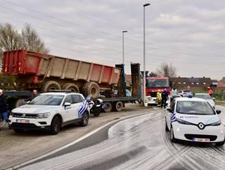 Olieleiding van tractor knapt op rotonde: loonwerker kan gevaarte netjes aan de kant zetten