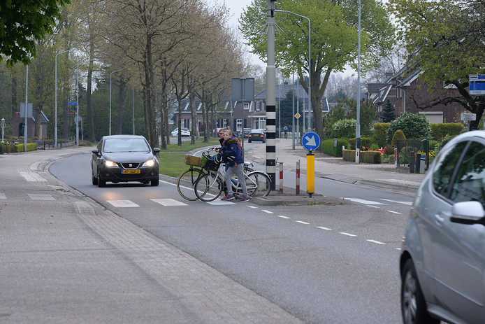 De provinciale weg door Sint Hubert.