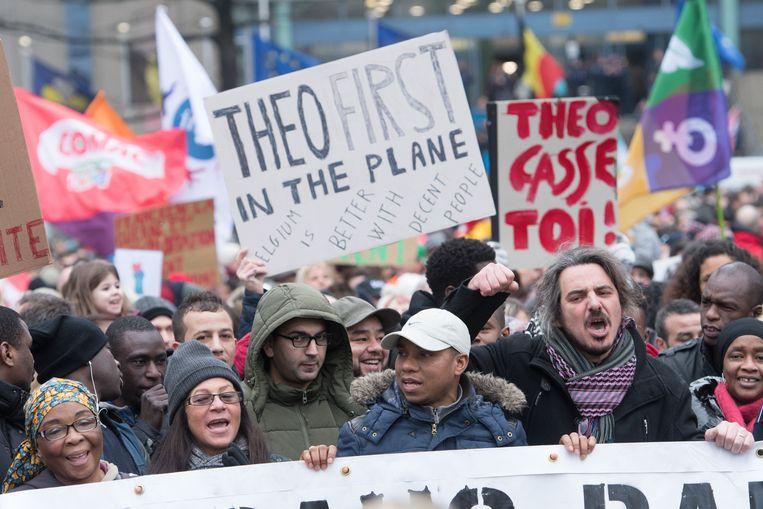 """""""Theo als eerste het vliegtuig op"""", staat op een van de plakkaten."""