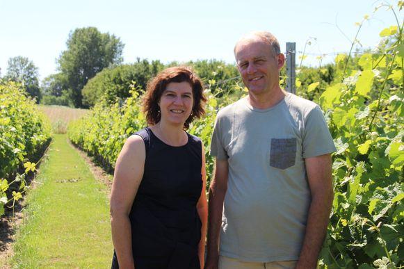 """Karlien en Jo in hun wijngaard: """"Hier werken we samen met het gezin""""."""
