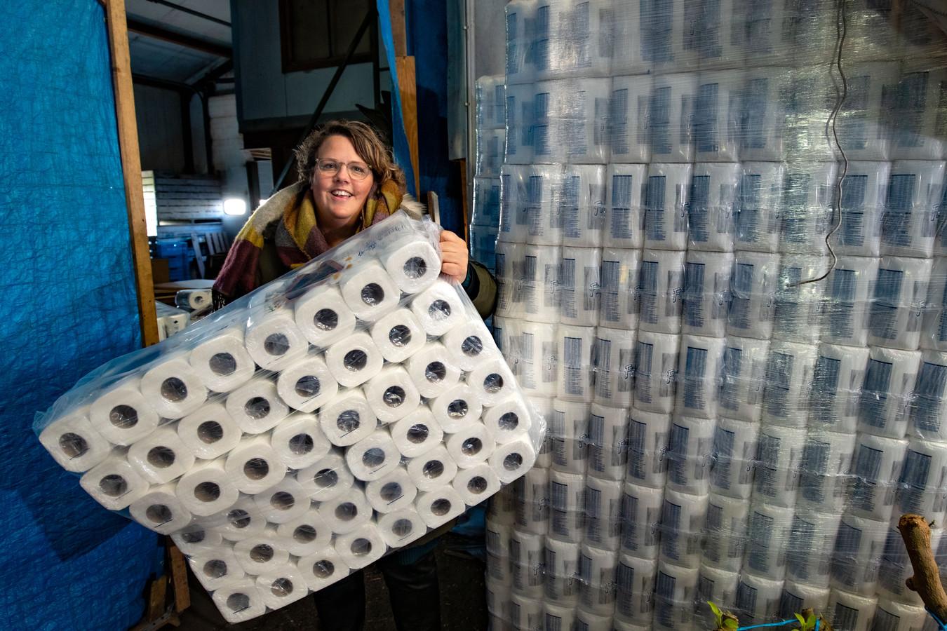 Marleen Kragt van de 21-plus heeft toiletpapier in de aanbieding. ,,Mensen moeten lachen, durven niet te zeggen 'heb ik niet nodig'.''