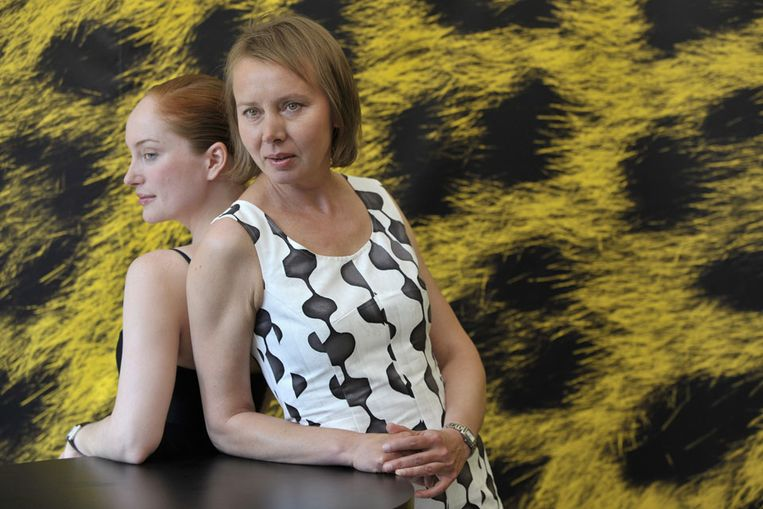 Regisseur Urszula Antonia (rechts) en actrice Lotte Verbeek van Nothing Personal. (AP) Beeld null