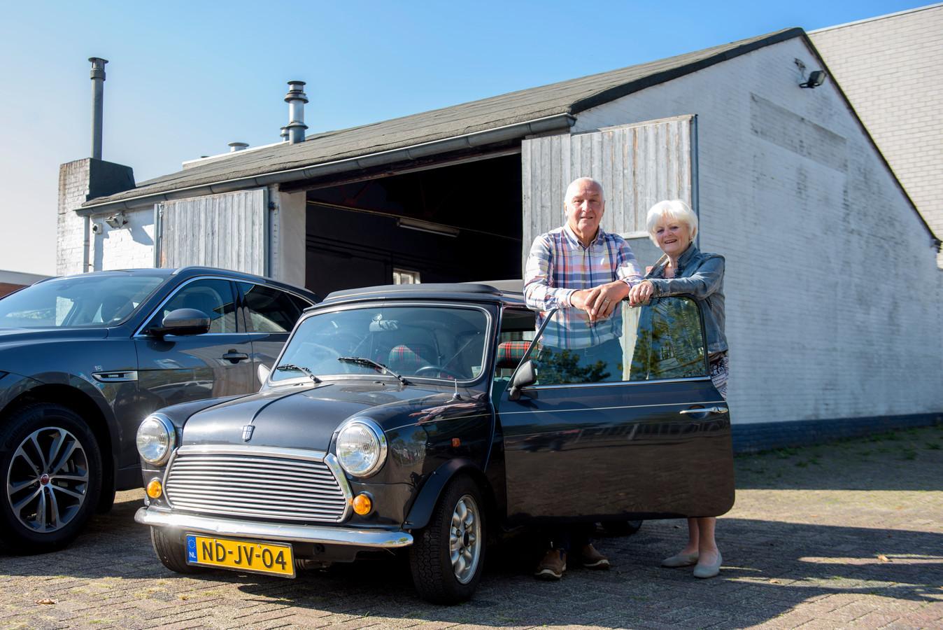 """Ko Lelieveld met zijn vrouw Annie voor zijn automobielbedrijf. ,,En vanaf toen was ik dé Minispecialist. Had ik zelf bedacht."""""""