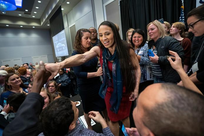 Sharice Davids viert haar Democratische zetel in het Huis van Afgevaardigden. Davids is de eerste openlijk lesbische politica in het Huis.