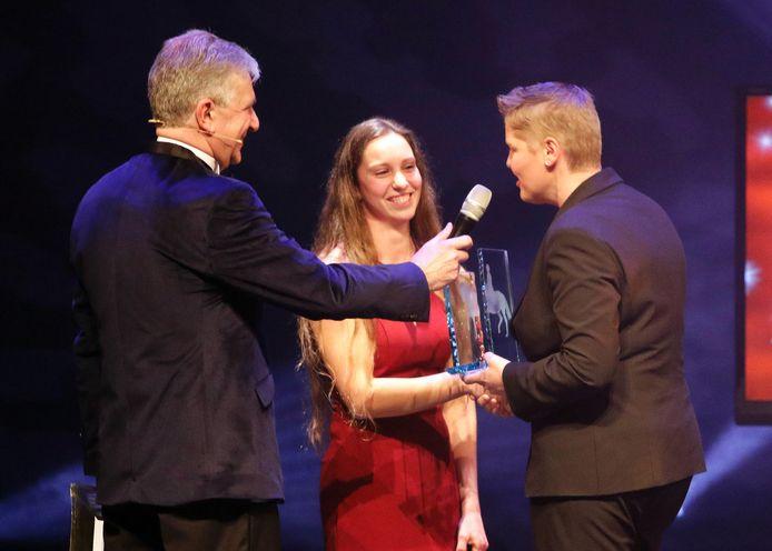 Meggy van den Akker (midden) ontvangt de prijs voor sportvrouw van het jaar.