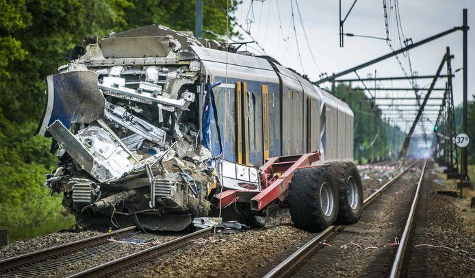 Bij de botsing tussen een trein en een tractor met kiepkar kwam de machinist om het leven. Het spoor en de bovenleiding raakten beschadigd.