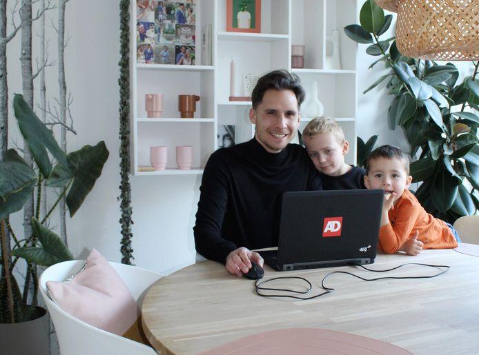 Eelco Brandes werkt thuis. Zijn zoons Fabian (links) en Gabri kijken soms mee.