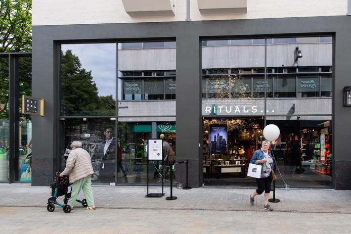 De voorkant van de Houtmarktpassage, met winkel Rituals