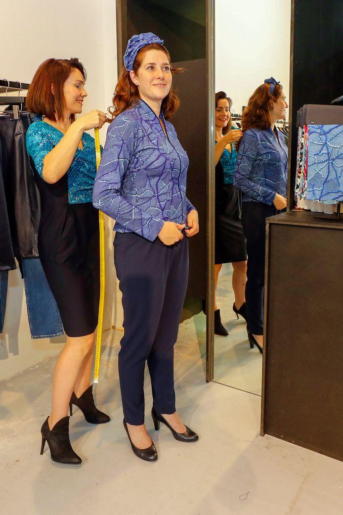 Tweede Kamerlid Jessica van Eijs wordt voor Prinsjesdag gekleed door de Eindhovense ontwerpster Emily Hermans.