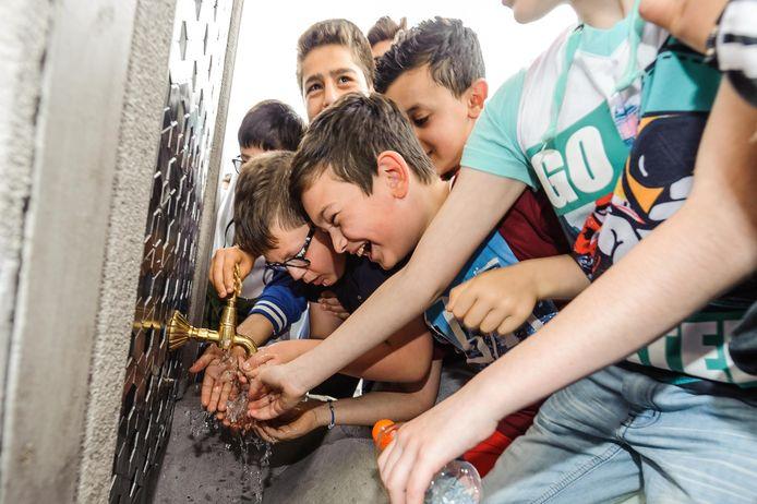Gratis drinkwater bij de çesme op het stationsplein. Als het aan BurgerBelangen ligt komen er ook watertappunten in de Hengelose wijken.