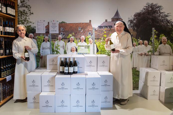 Priorin Maria Magdalena (L) en Zuster Mechteld bij de dozen wijn .