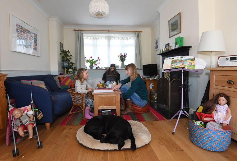 In het zuiden van Londen geeft moeder Ann les aan haar kinderen. Beeld EPA