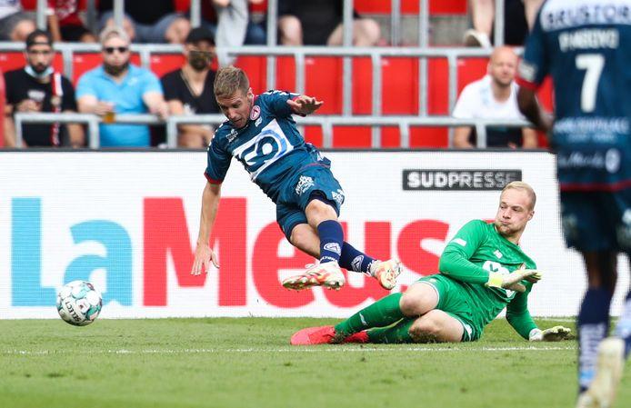 De bewuste strafschopfase: Michiel Jonckheere wordt (foutief?) onderuit gehaald door Standard-doelman Arnaud Bodart.