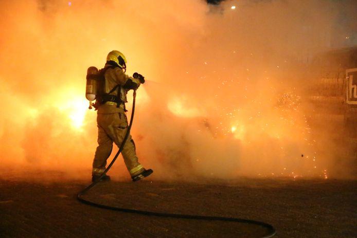 Auto volledig uitgebrand op de Uitehagestraat Den Haag