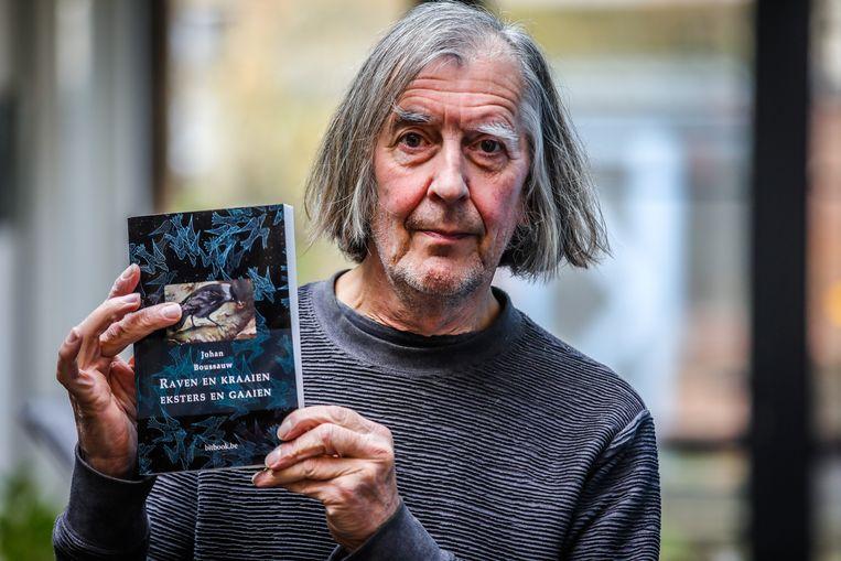 Johan Boussauw met zijn boek 'Raven en kraaien. Eksters en gaaien'.