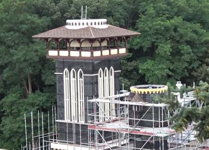 De hoogste toren van de nieuwe attractie in de Efteling is bijna af.