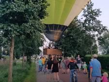 Noodlanding! Bewoners duwen luchtballon weg uit woonwijk in Nijkerk: 'Ineens werd het windstil'