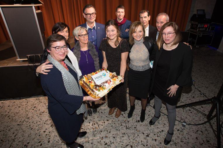 De directie van Hasp-O snijdt samen de taart aan om het nieuwe project te vieren
