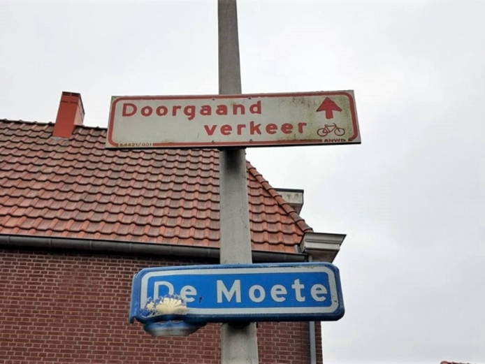Met vermoedelijk zwaar vuurwerk werd het straatnaambord De Moete in Zwartsluis  vernield.