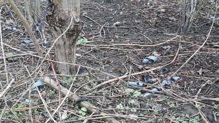 Er ligt heel wat plastic afval in het bos.