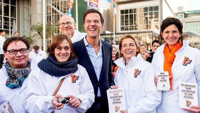 Mark Rutte tussen partijgenoten van de VVD