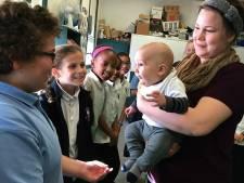 Baby voor de klas leert kinderen sociale vaardigheden