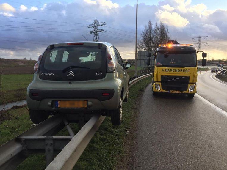 Oeps! Automobilist parkeert perfect op de vangrail van snelweg