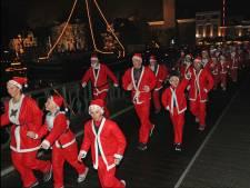 Kerstmannen rennen om wensen van anderen te vervullen
