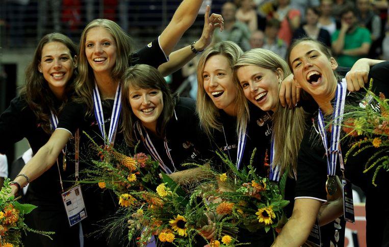 Hélène Rousseaux (vierde van links) viert met haar ploegmaats nadat ze brons wonnen op het EK in 2013.