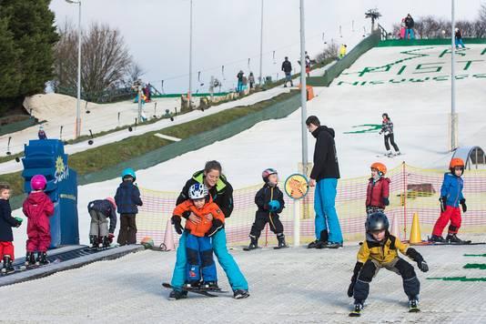Kinderen van 3,5 tot 14 jaar oefenen op de skipiste in Nieuwegein.