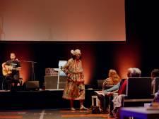 Van bloemschikken en schoolmusicals tot een speciale Tante Es, de theaters maken er het beste van