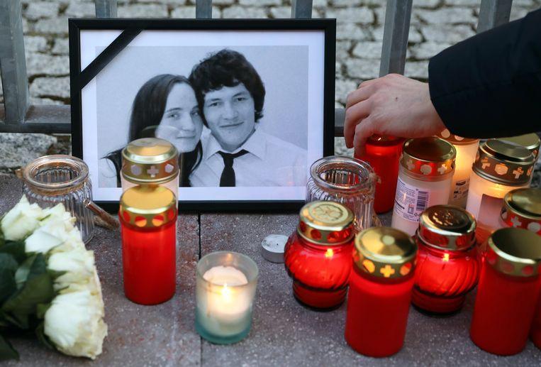 Kaarsjes bij een portret van de vermoorde onderzoeksjournalist Jan Kuciak en zijn verloofde Martina Kusnirova.