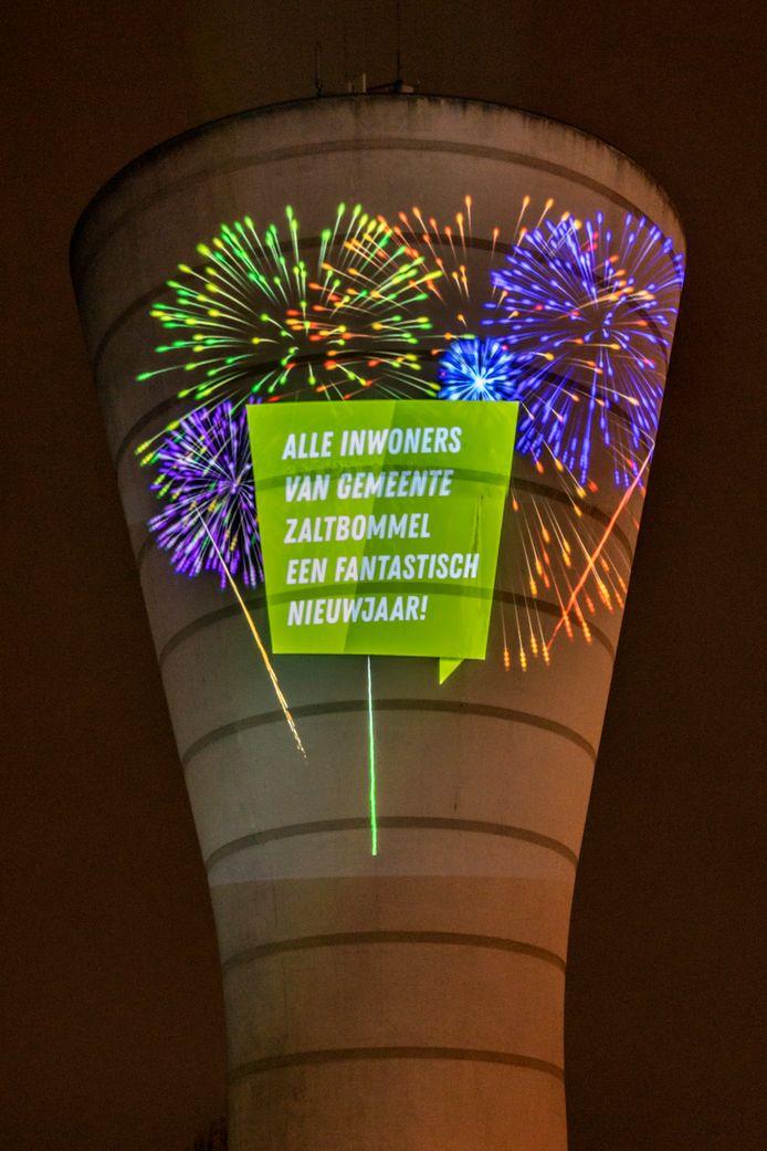 De lichtprojectie op de witte watertoren bij Zaltbommel, zoals die rond de jaarwisseling 2019/2020 te zien was.