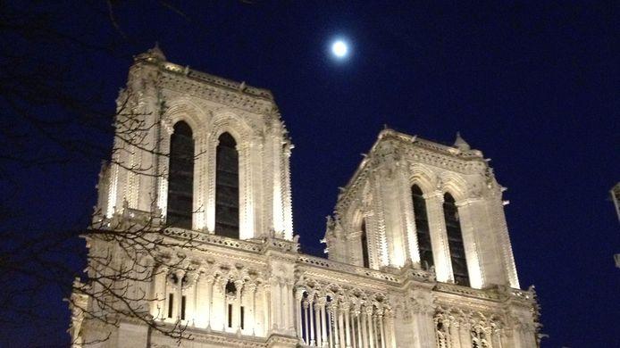 De klokkentorens van de Notre Dame in Parijs, vrijdagavond.