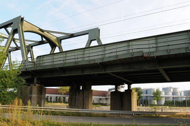De schade aan de spoorbrug is vanop de oever van de Leie duidelijk te zien.
