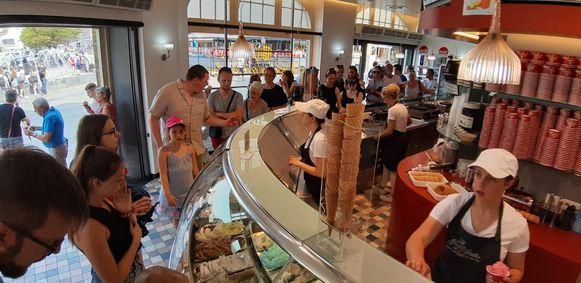 Heel wat volk in het ijssalon op de Grote Markt in Ieper voor een ijsje.