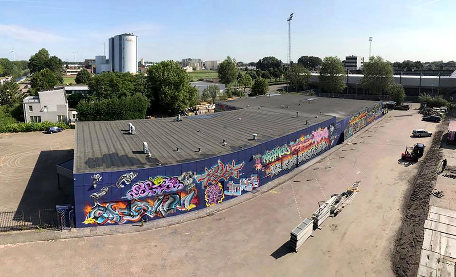 De vierde Graffiti Jam gaat in The Loods in Roosendaal nog groter worden. In het midden op de foto, tussen Suikerunie torens en voetbalstadion, de extra loods die bij Graffiti Jam 2018 betrokken wordt.
