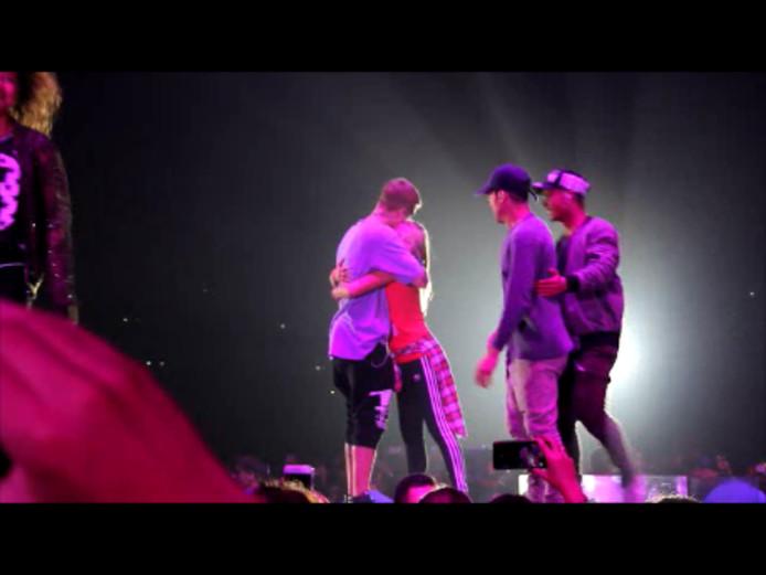 Ninthe krijgt een knuffel van idool Justin Bieber.