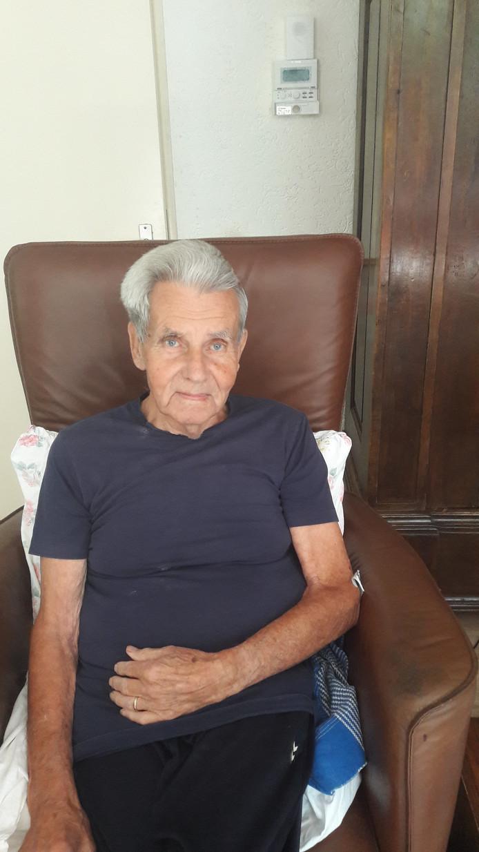 Dolf Tavenier is zaterdagmiddag in zijn woonplaats aangevallen door een Stafford. Hij heeft daarbij bijtwonden op zijn bovenarm opgelopen.