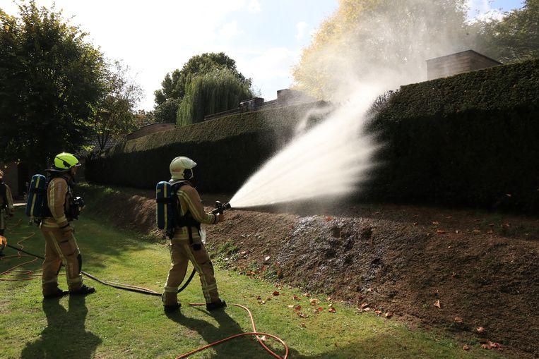 De brandweer bluste de laatste vuurhaard nog wat na.