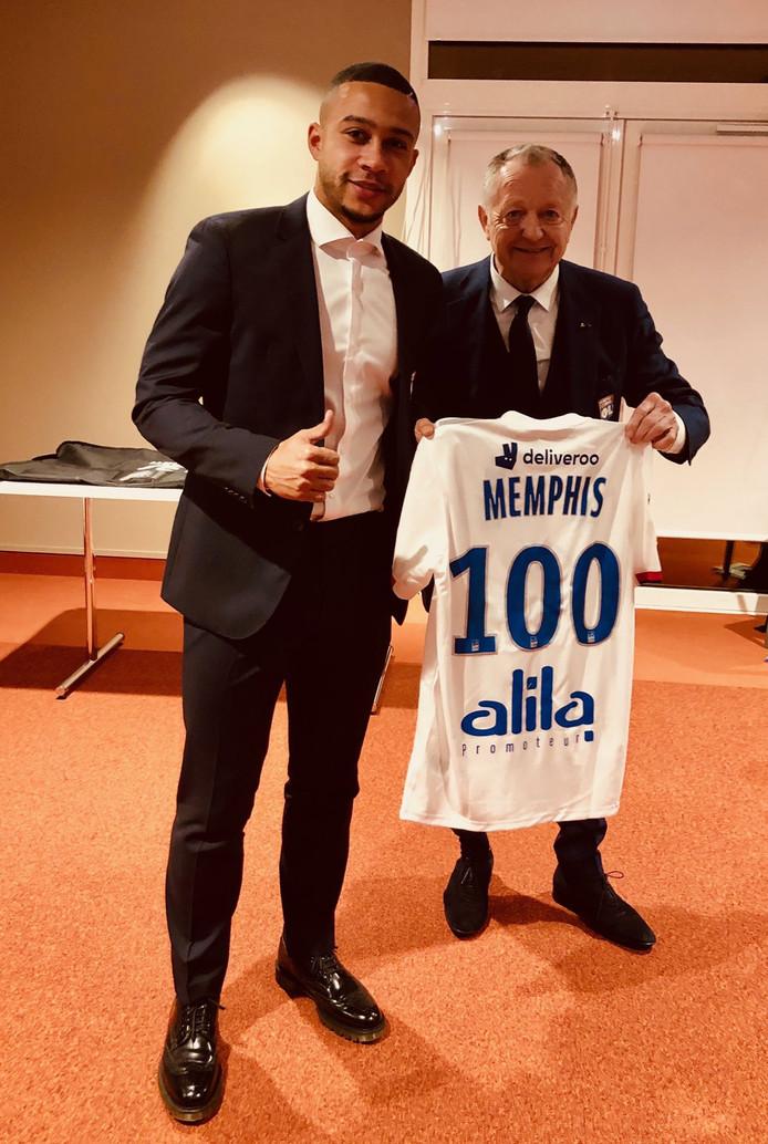 Memphis Depay met de voorzitter van Lyon.