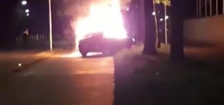 Brandende auto gaat spontaan stukje rijden