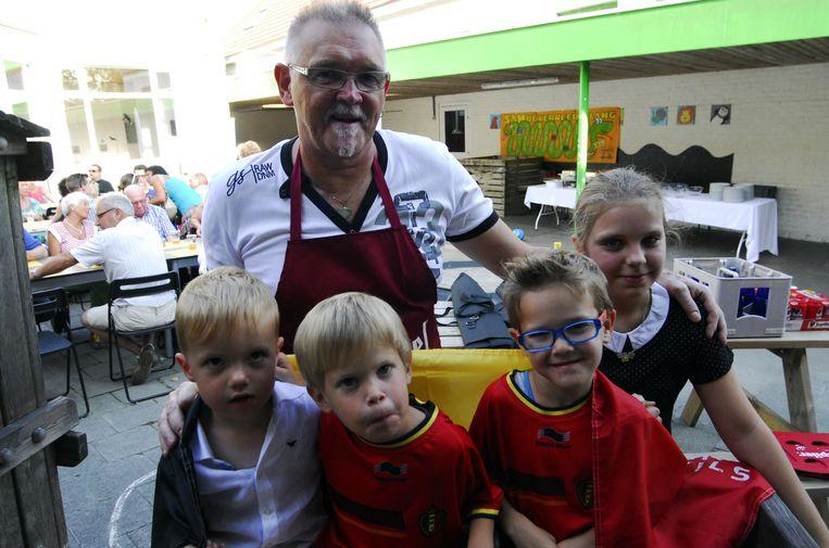 Paul Fol uit Kaster at naar hartelust samen met kleinzoon Zano en 50 vrienden.
