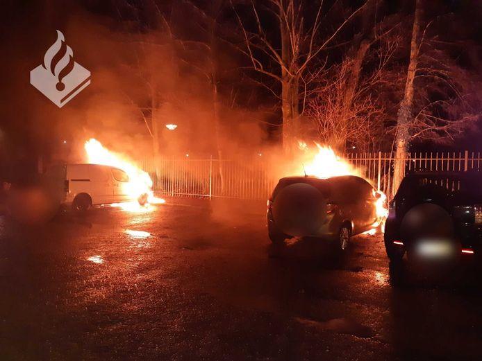 Twee auto's zijn uitgebrand in Veenendaal.