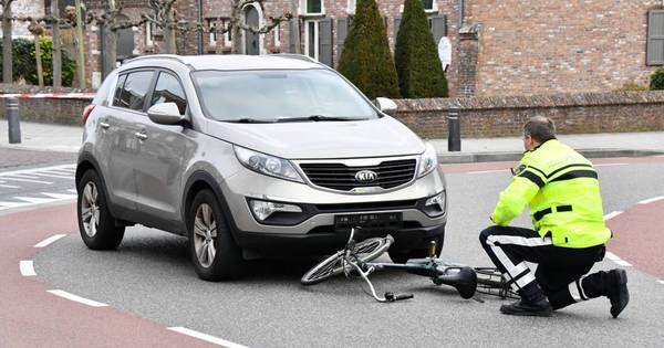 Fietser gewond naar ziekenhuis na aanrijding in Sint Jansteen.