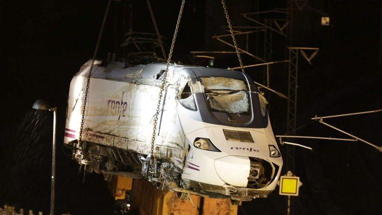 Een kraan takelt een locomotief van de ontspoorde Spaanse trein bij Santiago de Compostela weg. Werklieden waren negen uur bezig om het laatste wrakstuk te bergen. Beeld null